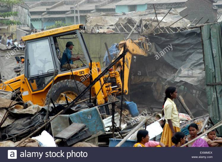 demolition-of-illegal-slums-on-mankhurd-link-road-in-bombay-mumbai-EXMMEX